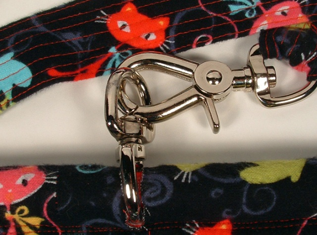 Photo of handle and hardware at the top of the bag.