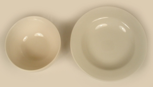 Photo of two different sizes and styles of round diner bowls.