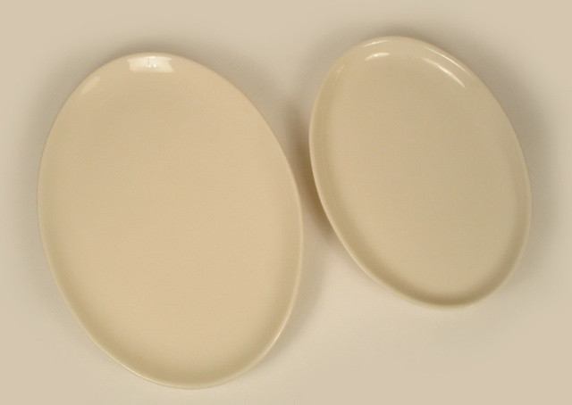 Photo of 2 different sizes of oval diner china.